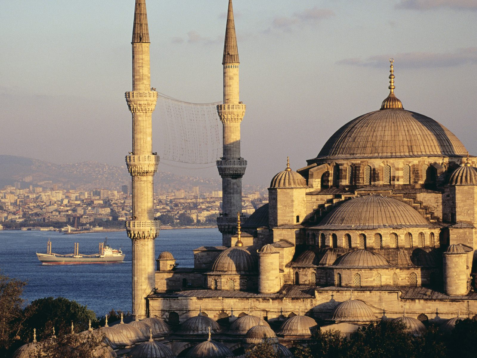 Mosque-and-the-Bosphorus 1600 x 1200