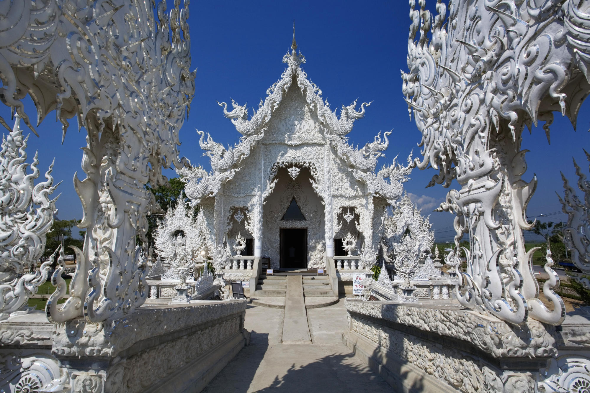 Wat Rong temple 1999 x 1333